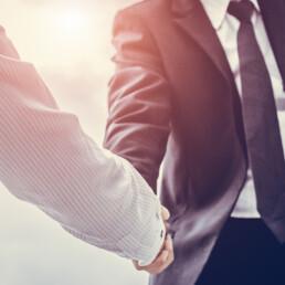 Stretta di mano tra dirigente e stakeholder